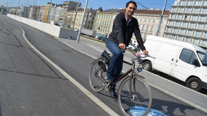Mann am Rad auf neuen Radweg beim Hauptbahnhof