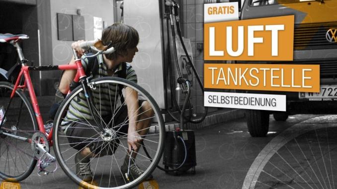 Mann pumpt Reifen seines Rades mit Lufttankstelle auf