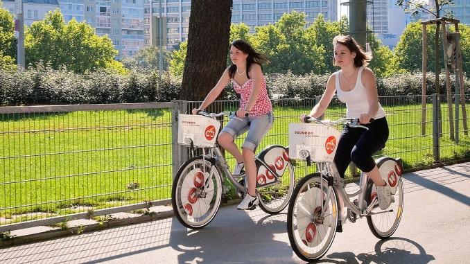 Zwei junge Frauen auf Citybike