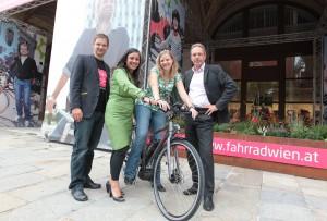 Susanne Zrnka und ihr gewonnenes eBike, mit Fahrradbeauftragten Martin Blum, Vizebürgermeisterin Maria Vassilakou und heute Chef Wolfgang Jansky (ganz rechts)