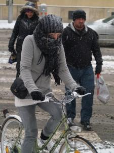 Radfahrerin mit Schal und Haube in Wien