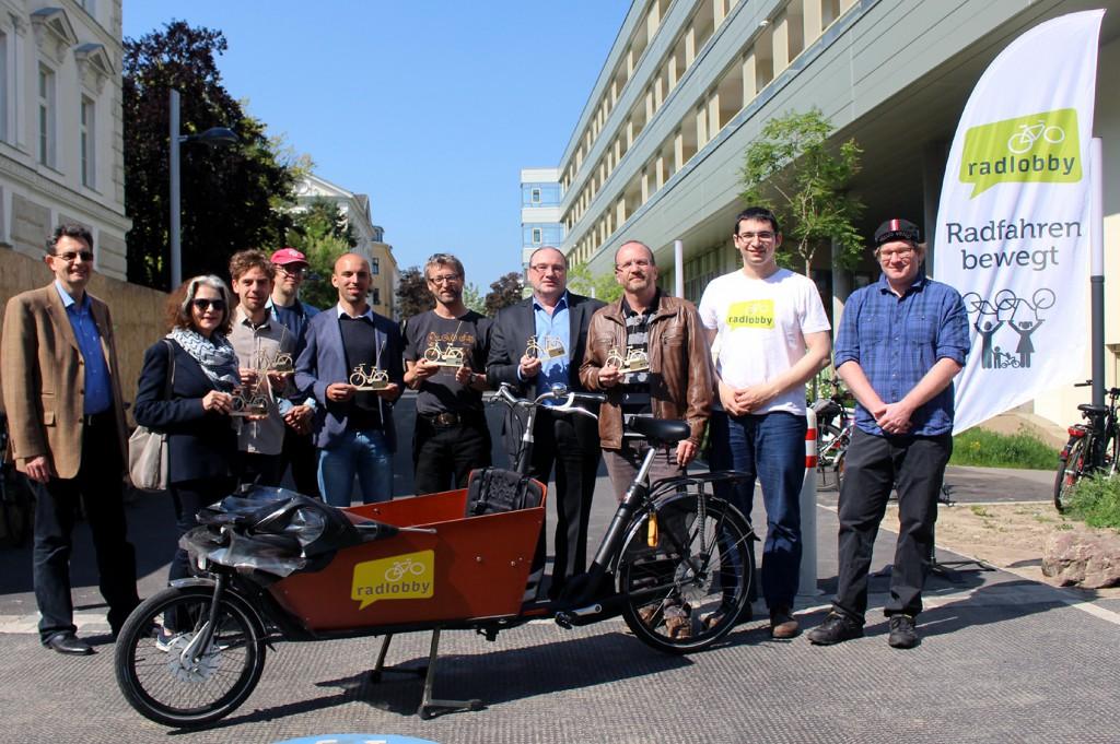 "Übergabe der Auszeichung ""Goldene Speiche 2015"": Andrzej Felczak  (Radlobby Wien), Christiane Klerings (GB*15), Daniel Dutkowski (GB*15),  Stephan Bösch-Plepelits (Radlobby 1150), Moritz Polacek (MA46), Markus  Mondre (GB*15), Bezirksvorsteher Gerhard Zatlokal (BV  Rudolfsheim-Fünfhaus), Thomas Berger (MA18), Roland Romano (Radlobby  Wien), Wolfgang Peterka (Radlobby 1150). Foto: Margit Palman"