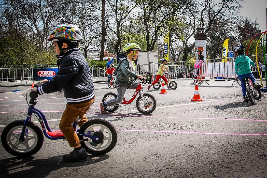 Kleinkinder üben das Radfahren mit Laufrädern auf einem Übungsplatz.