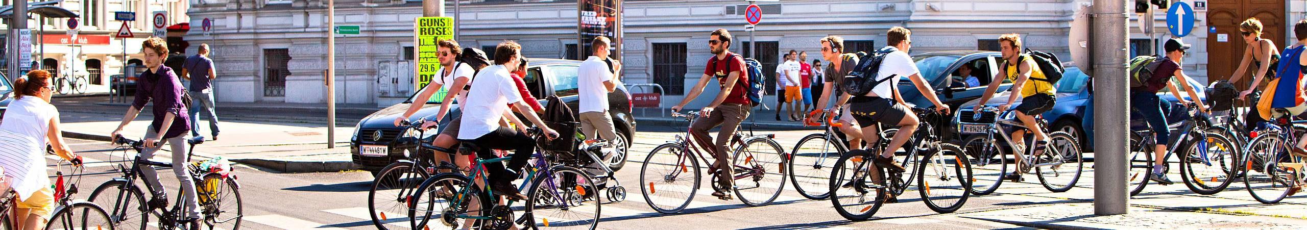 Reger Radverkehr an einem sonnigen Morgen in Wien.