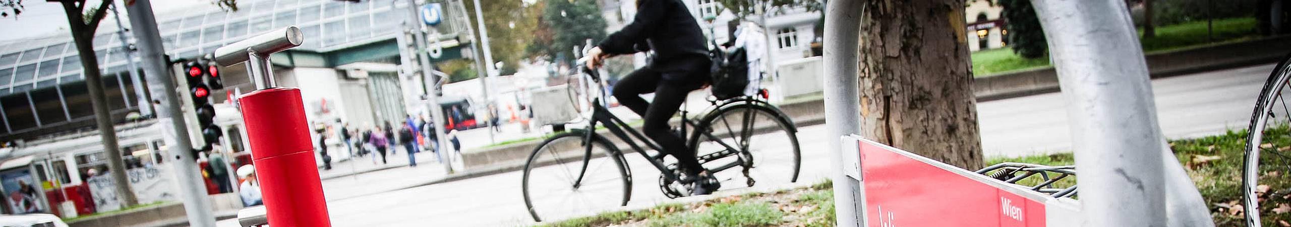 Am Europaplatz stellt Fahrrad Wien eine öffentliche Luftpumpe zur Verfügung.