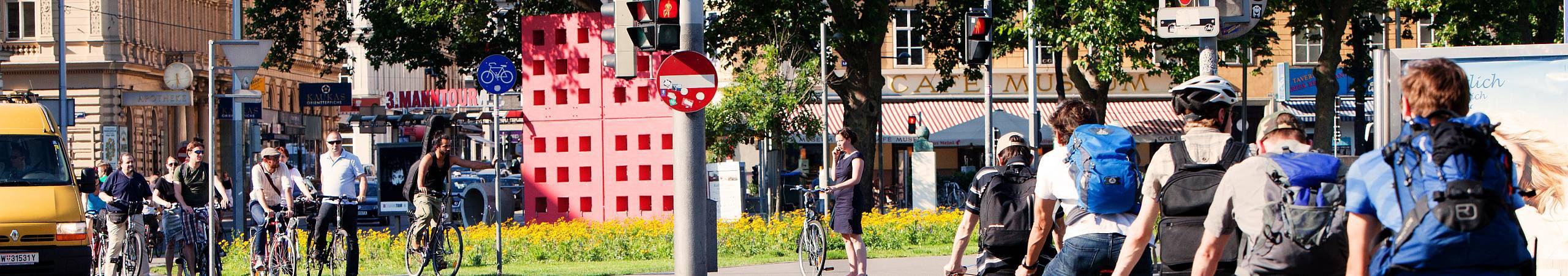 Dutzende Radler warten am Karlsplatz-Radweg auf die Grünphase.