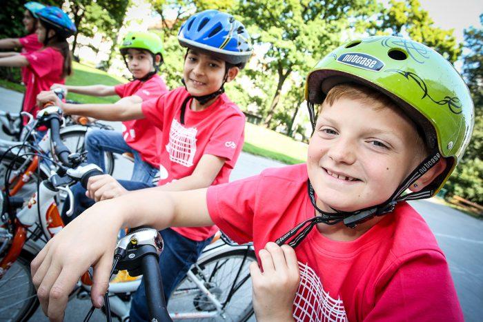 Kinder beim Wien Xtra Ferienspiel lernen das sichere Radfahren.