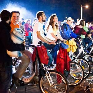 Begeisterte Besucher des cycle cinema clubs treten in die Pedale.