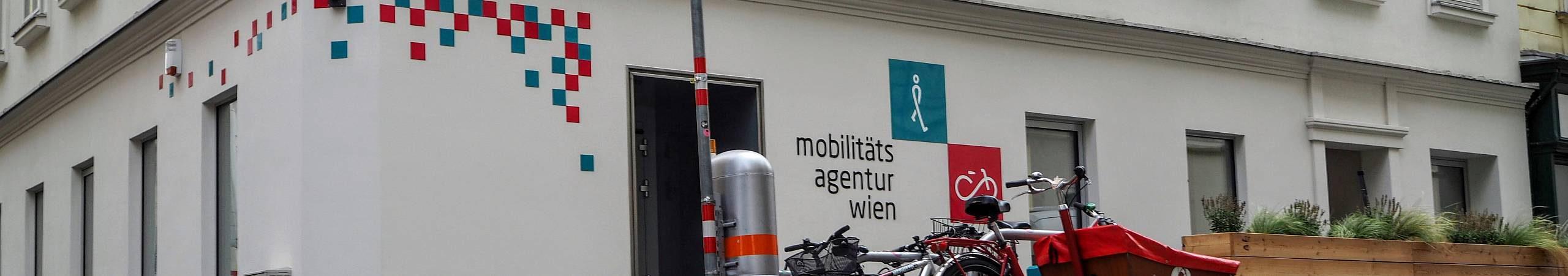 Vor dem Büro der Mobilitätsagentur im zweiten Bezirk parken mehrere Fahrräder.
