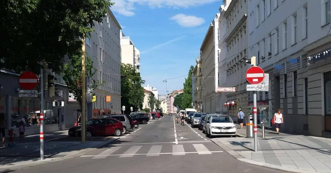 Die Arndstraße im 12. Bezirk. Zu sehen sind eine Farbahn, ein markierter Radstreifen, ein Schutzweg und parkende Pkw.