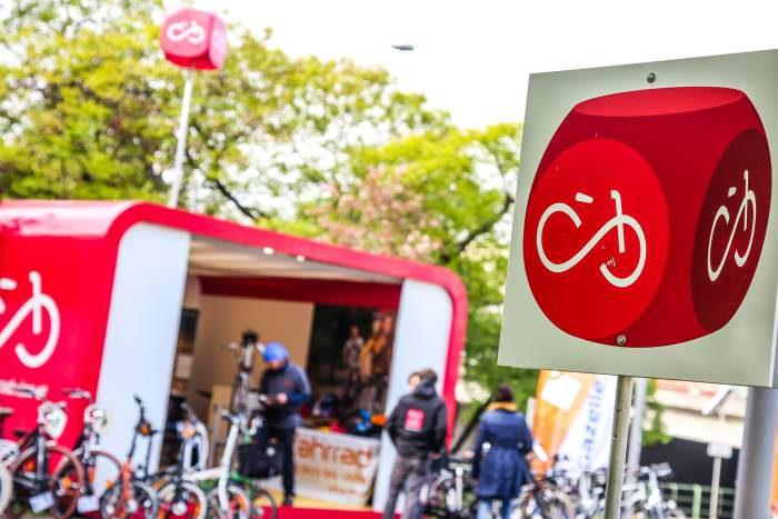 Während der Sperre der U4 war der rote Infostand der Mobilitätsagentur bei der U-Bahnstation Hietzing. Dort konnten u. a. Fahrräder von Mechanikern gratis repariert werden. Zusätzlich standen Fahrradständer zur Verfügung.