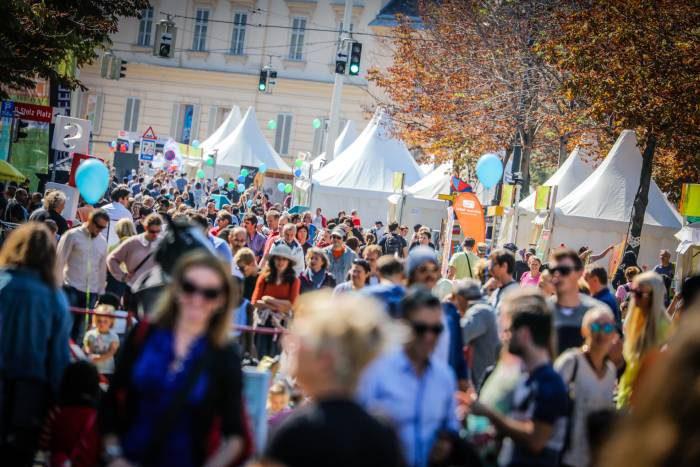 Menschen beim Streetlife Festoval in der Babenbergerstraße