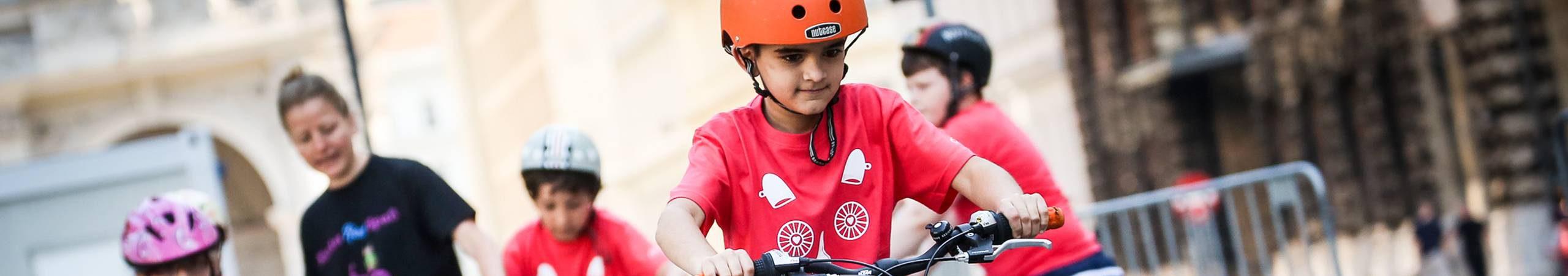 Kind bei einem KinderRadSpaß Kurs. Dabei lernen Kinder spielerisch das Radfahren bzw. das Verhalten im Straßenverkehr.