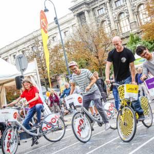 3 Jugendliche versuchen beim Slow Biking Contest auf City Bikes, den Leihrädern der Gewista, so langsam wie möglich zu fahren ohne das Gleichgewicht dabei zu verlieren. Foto Christian Fürthner