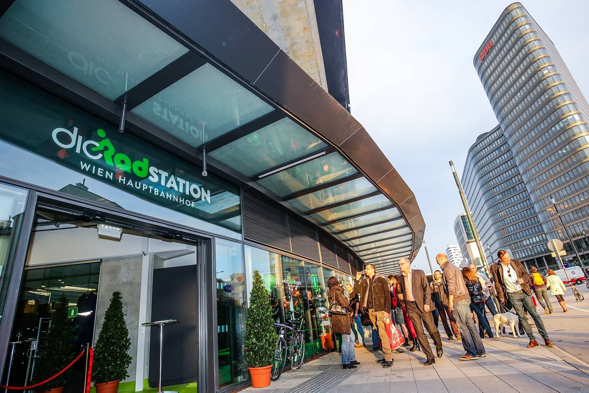 Die Radstation am Hauptbahnhof bietet überdachte, bewachte Rad-Abstellplätze, Reperaturservice, Rad-Verleih.