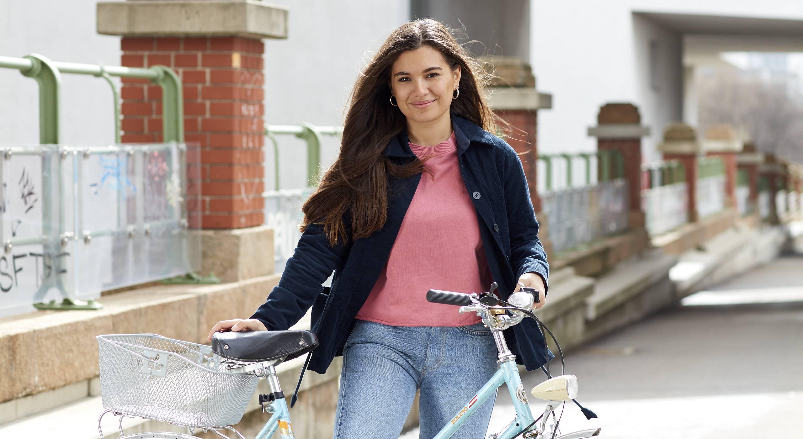 Die Bloggerin Daria Daria fährt gerne mit dem Fahrrad durch Wien. Hier ist sie mit ihrem Fahrrad abgelichtet. Im Hintergrund der Donaukanal. Foto: Ian Ehm