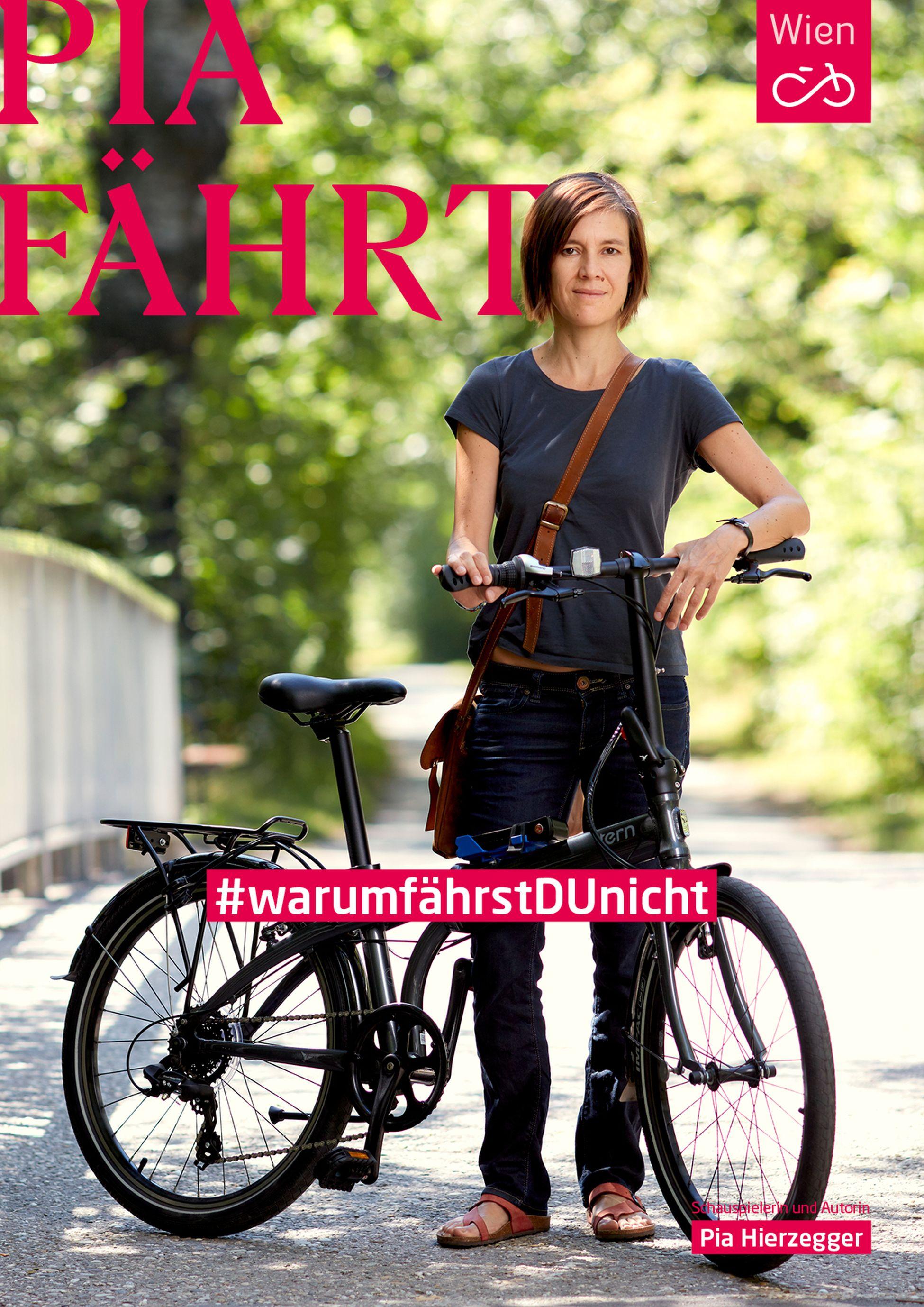 Schauspielrin Pia Herzegger mit dem Fahrrad im Prater. Foto: Ian Ehm
