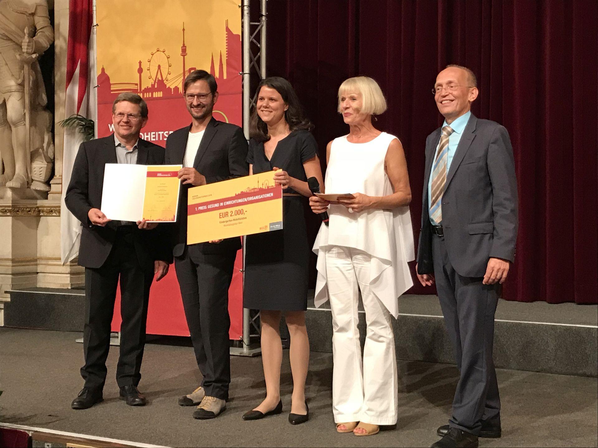 Wiener Gesundheitspreis 2018. v. l. n. r.: Gemeinderat Christian Deutsch, Martin Blum (Geschäftsführer Mobilitätsagentur Wien), Veronika Gradnitzer (Mobilitätsagentur Wien), Heilwig Pfanzelter (Moderation), Dennis Beck (Geschäftsführer WiG)
