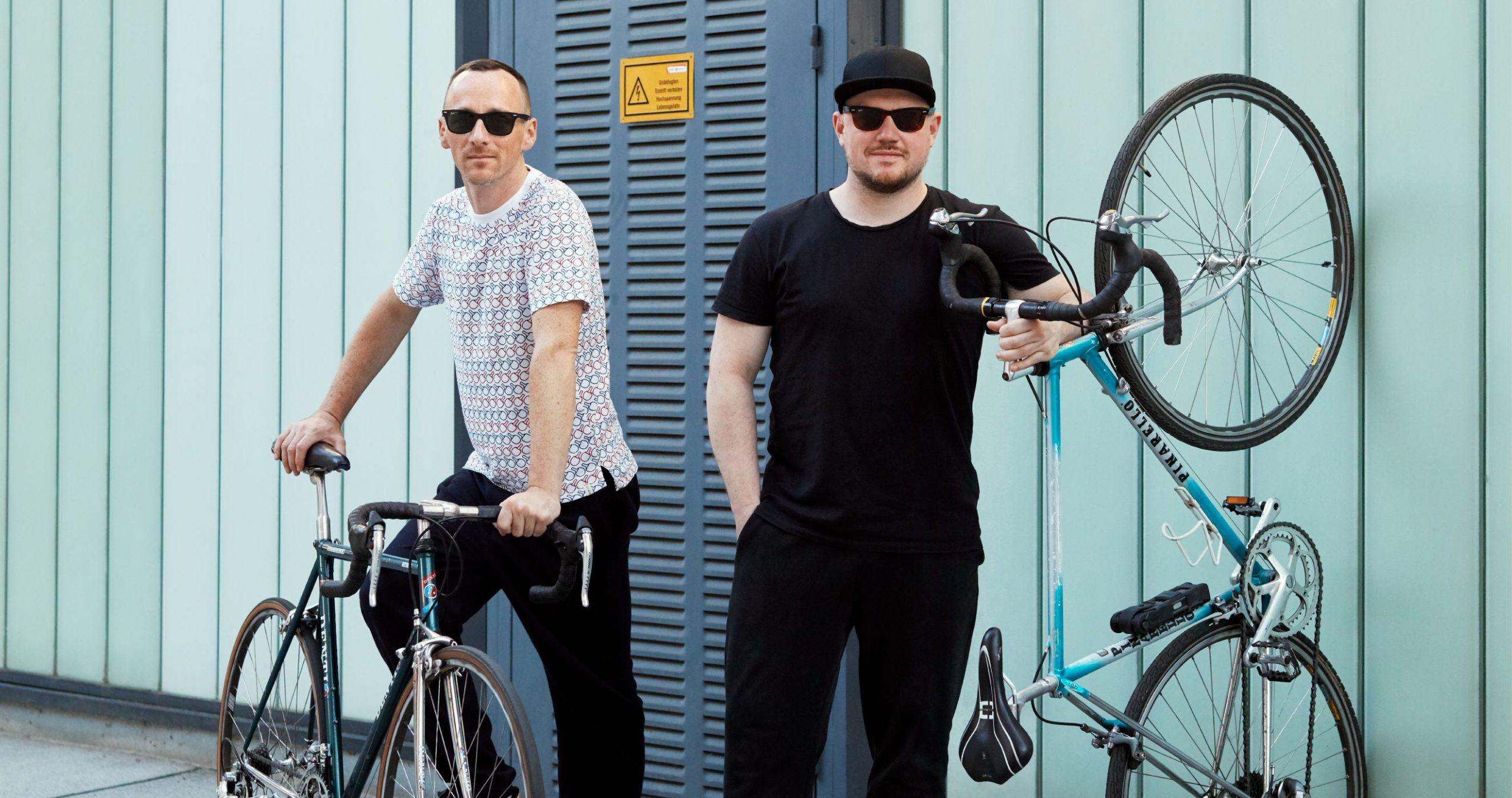 Die beiden Musiker der Band Ogris Debris mit ihren Fahrrädern. #warumfährstDUnicht. Foto von Ian Ehm
