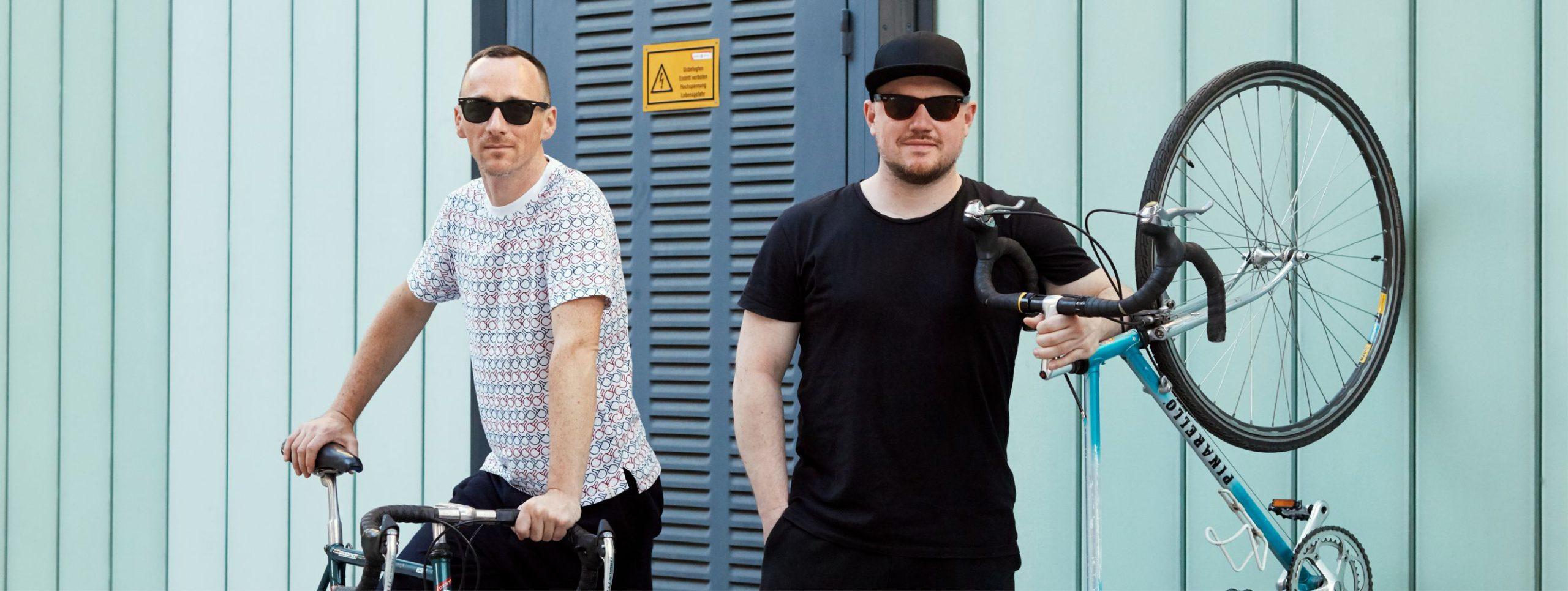 Die Musiker der Band Ogris Debris mit ihren Fahrrädern. #warumfährstDUnicht Foto von Ian Ehm