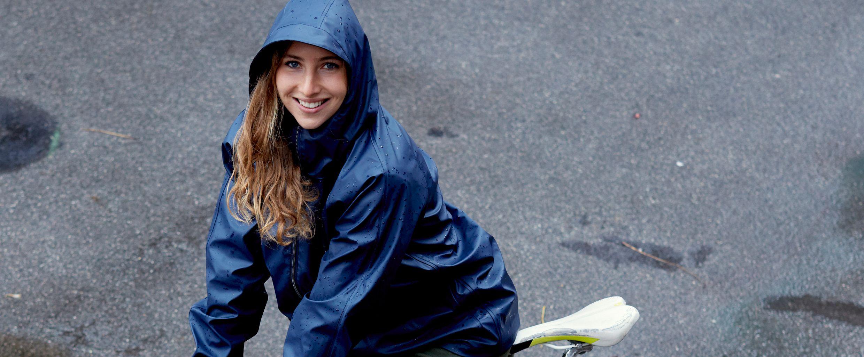Florentina fährt - mit der richtigen Kleidung - auch bei Regen. #warumfährstDUnicht. Foto: Ian Ehm