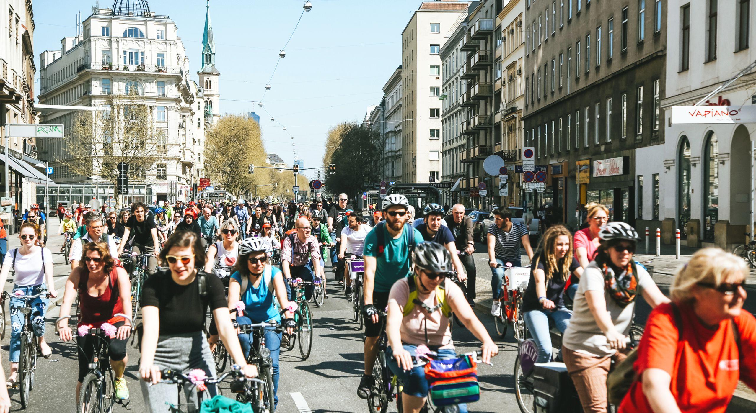 Bei der Radparade fahren jährlich tausende Menschen gemeinsam mit dem Fahrrad durch Wien. Alte, junge, dünne, dicke ... bei der Radparade ist jede und jeder willkommen. Foto: Christian Fürthner