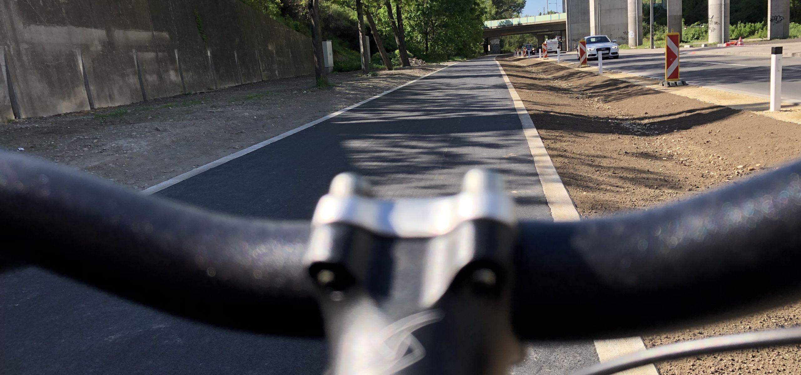 Radweg Kaisermühlenstraße über den Lenker eines Fahrrads hinweg fotografiert.