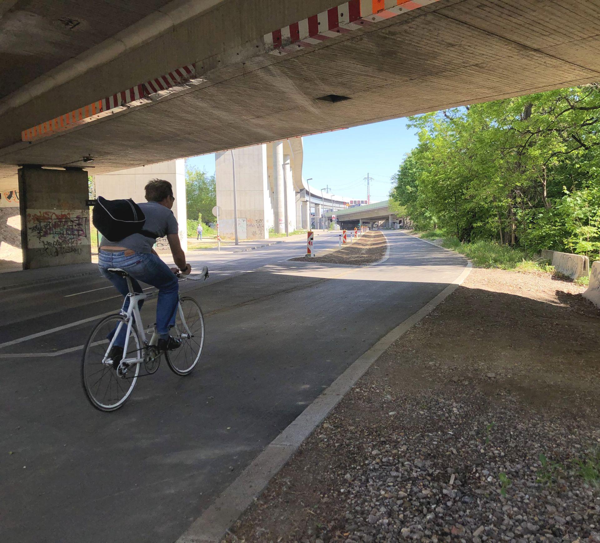 Neuer Radweg auf der Kaisermühlenstraße. Radfahrer fährt gerade vorbei.
