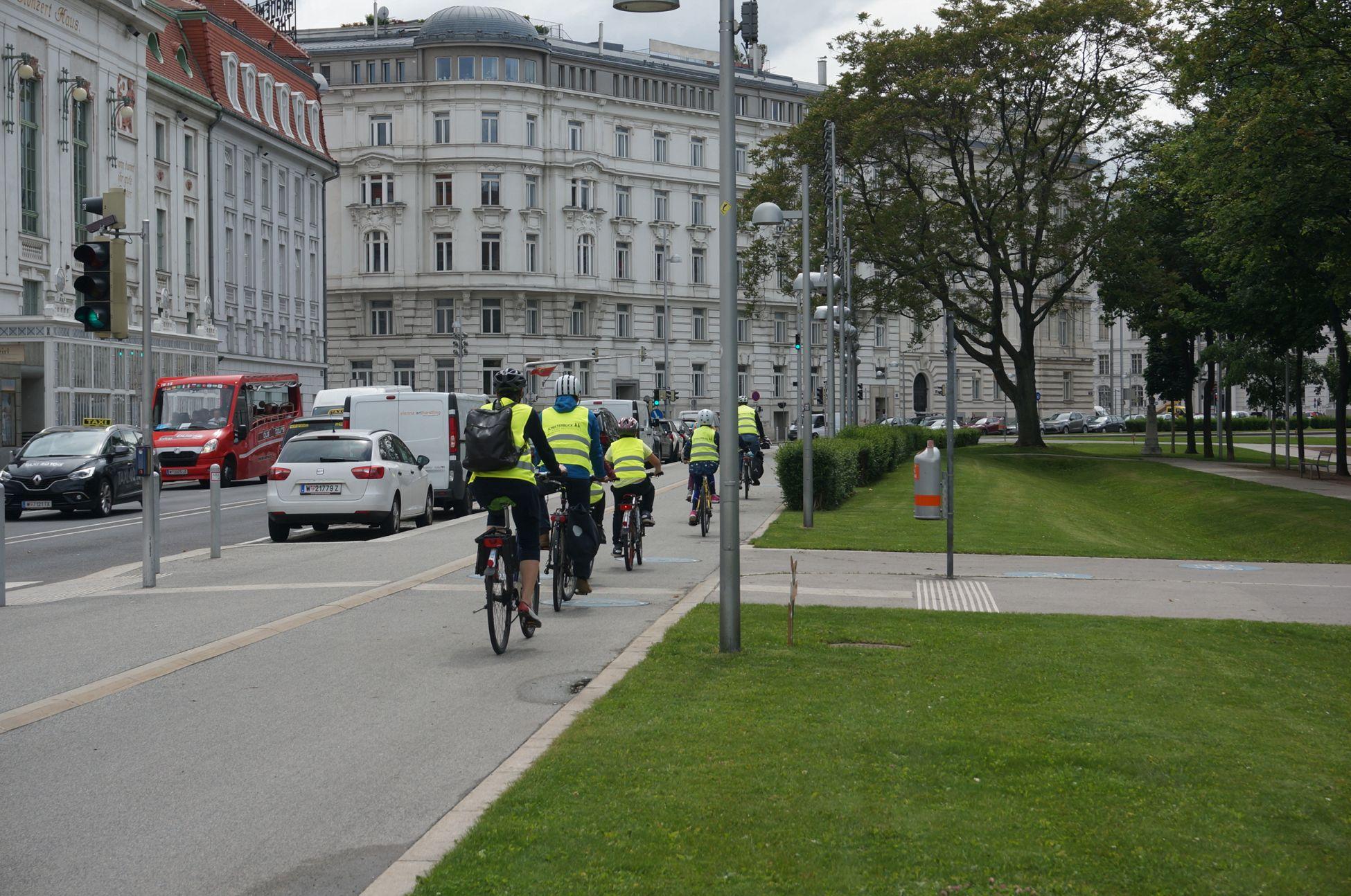 """Mit dem Rad zur Schule fahren: das wollen viele Kinder. Bei der Radfahrschule """"Schulterblick"""" bekommen sie das Rüstzeug dafür. Verkehrszeichen lernen, Handzeichen üben und gemeinsam Radeln."""