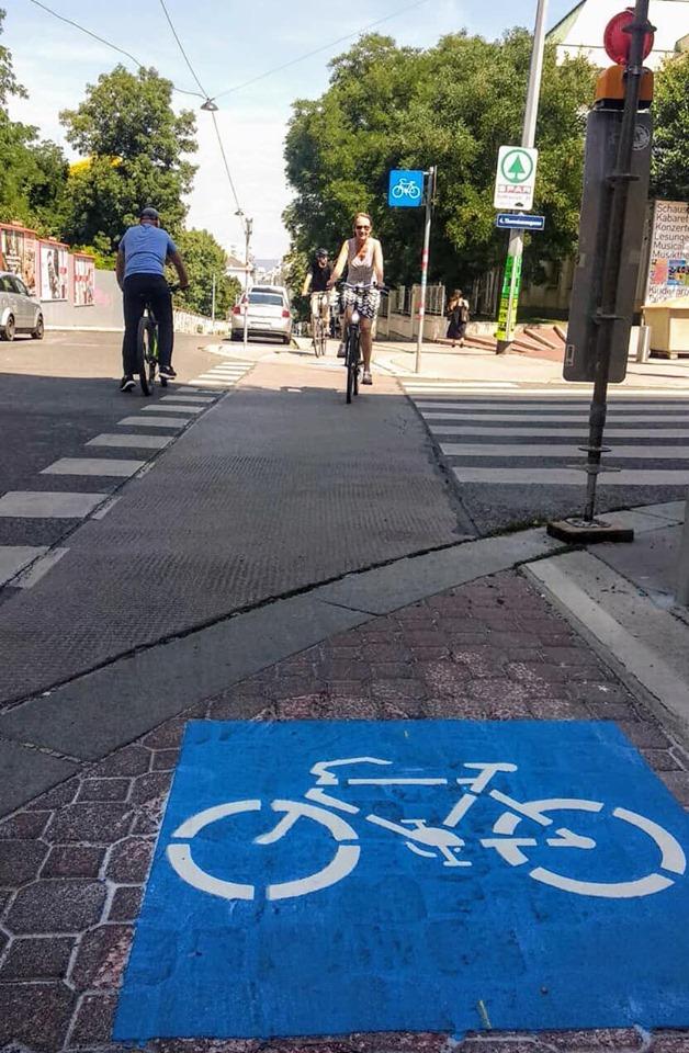 Die Radwegbenutzungspflicht auf der Argentinierstraße wurde aufgehoben. Dies zeigen blaue, eckige Schilder und Piktogramme auf der Farbahn.