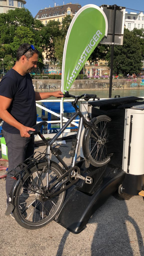 Fahrrad-Waschanlage am Donaukanal