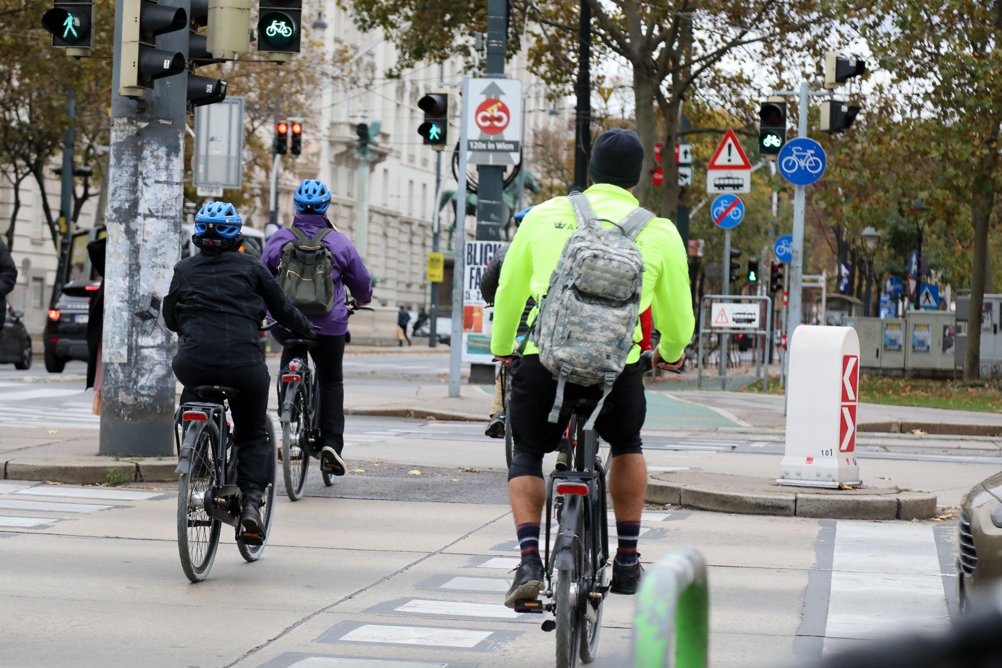 Fahrradfahrer an der Kreuzung bei der Urania.