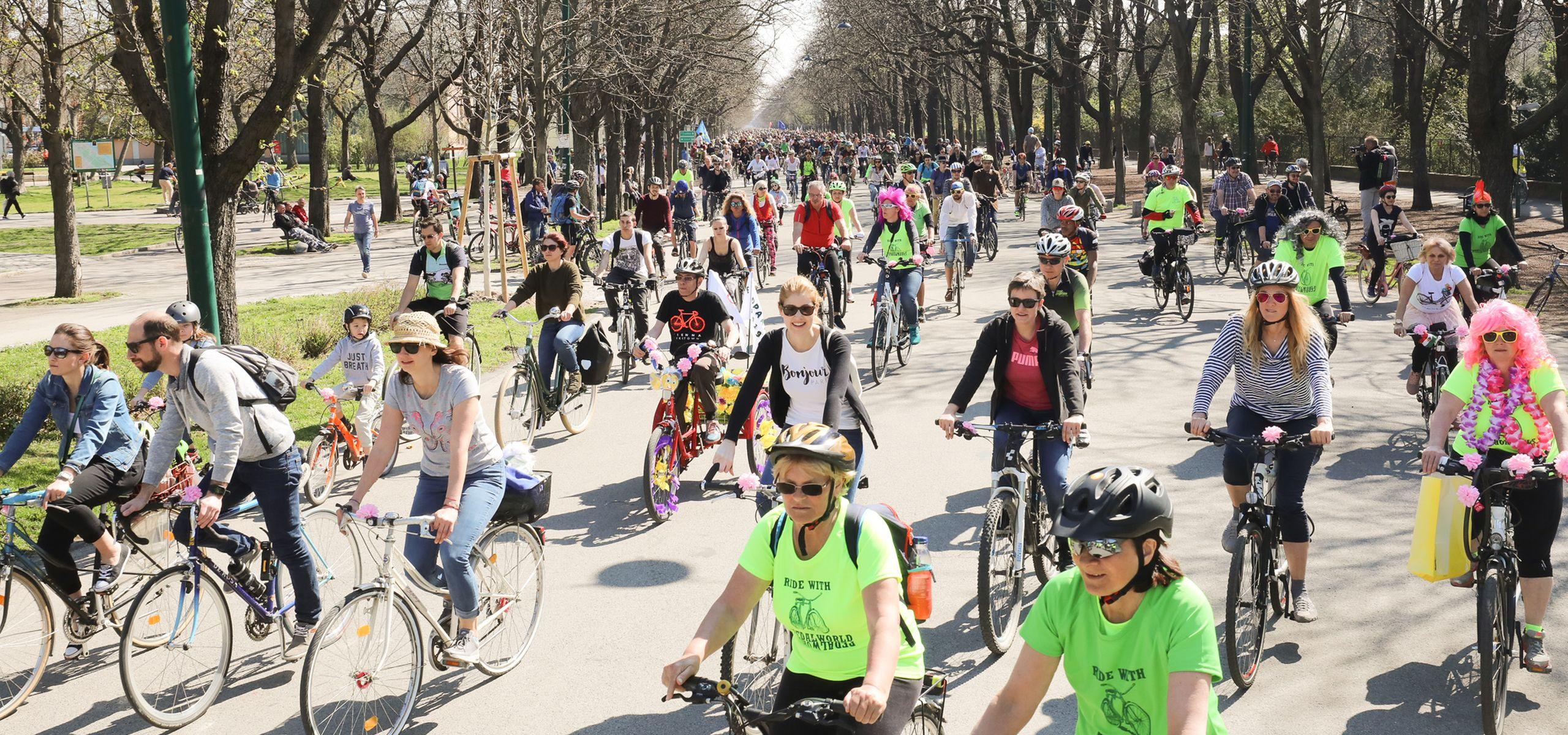 Tausende Radfahrerinnen und Radfahrer bei der Radparade, der großen Radausfahrt im Frühling durch Wien.