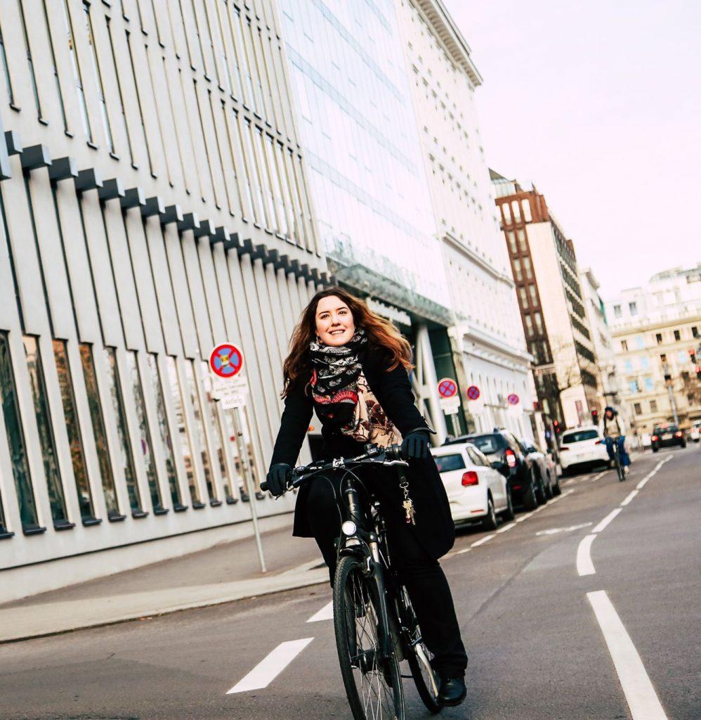 Radfahrerin fährt auf dem Radweg in der Wipplingerstraße.
