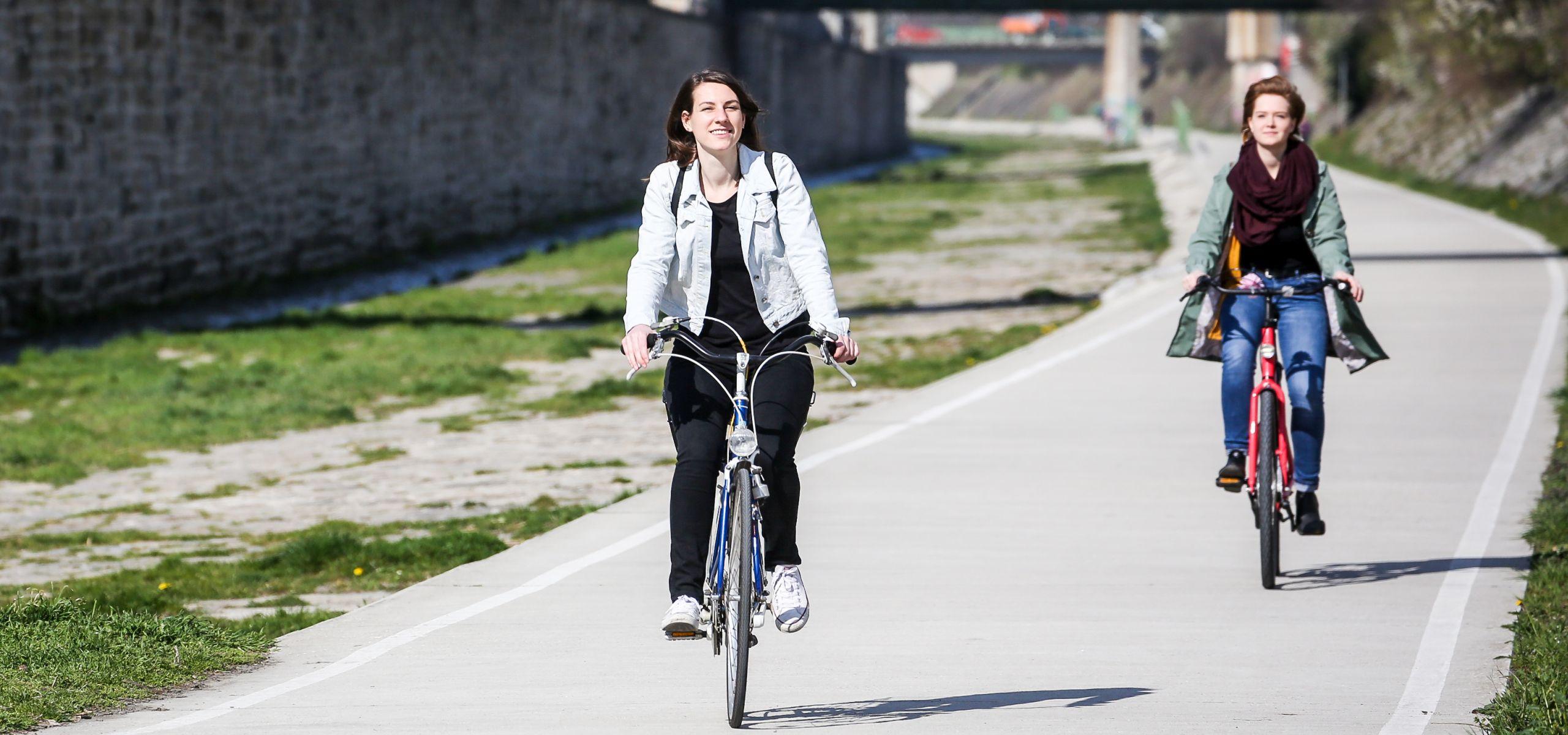 Radfahrerin fährt entlang des Wienfluss Radwegs