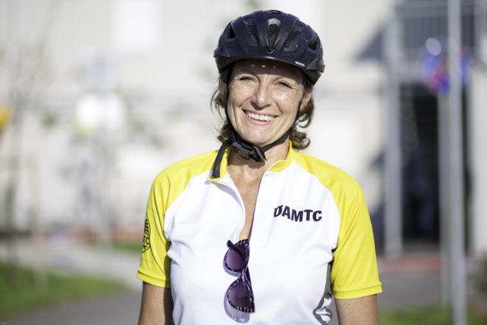 Portraitfoto von Radlehrerin Daniela, die in die Kamera lächelt