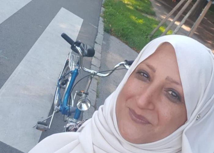 Fatima und ihr Fahrrad in der Hauptallee