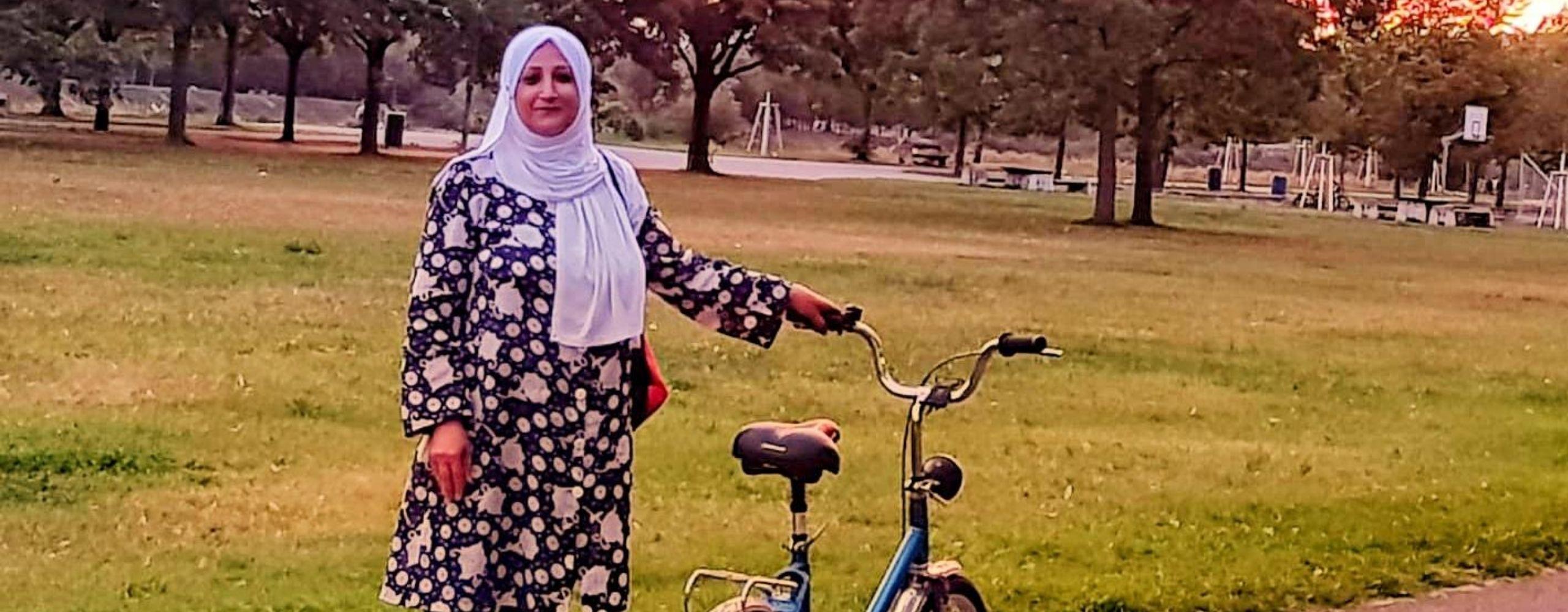 Fatima und ihr Fahrrad auf der Donauinsel