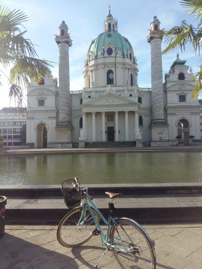Andreas Fahrrad vor der Karlskirche