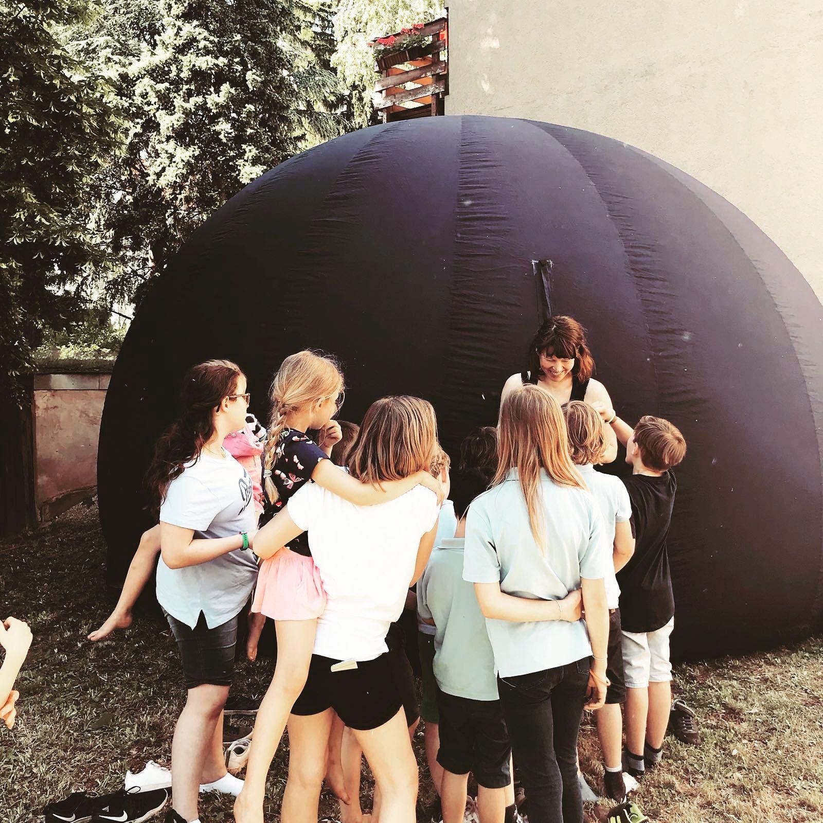 Ruth mit Planetarium bei einem Kindergeburtstag