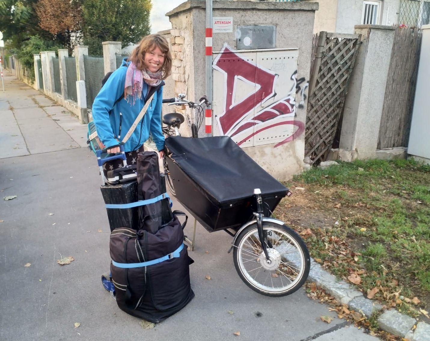Ruth beim Einpacken der Taschen in ihr Bakfiets