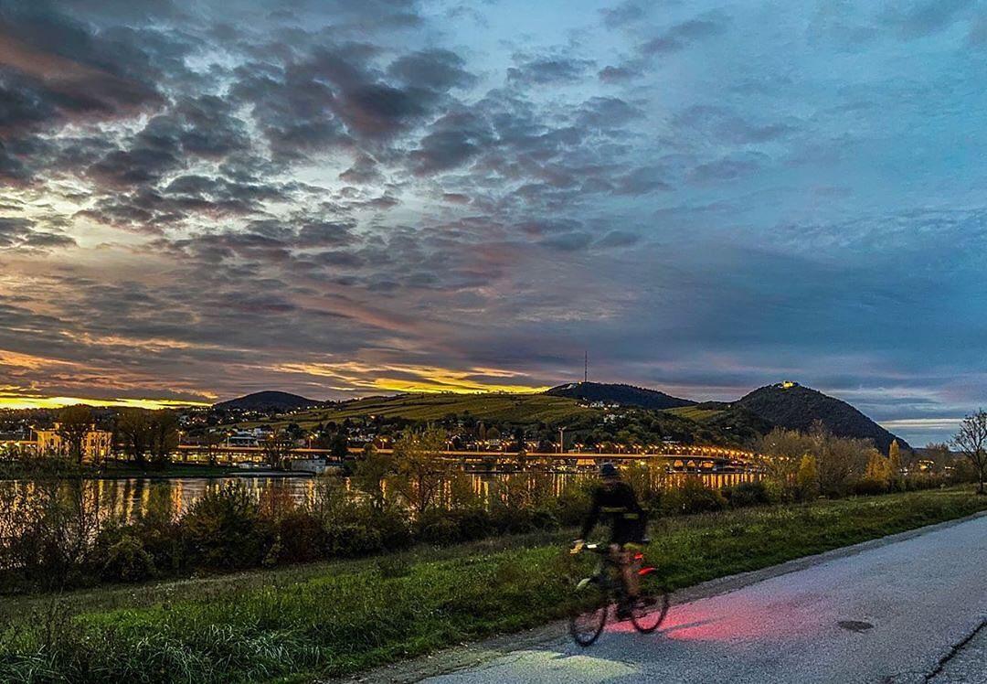 Nächtliche Radfahrt entlang der Donau, Foto von fat.boy.running auf Instagram