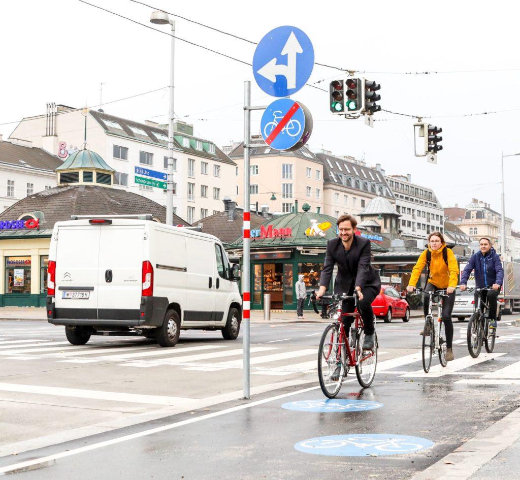 Radfahrer auf dem Radweg Linke Wienzeile vor der Sezession.