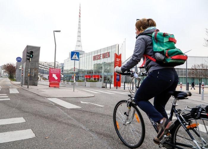 Radfahrerin fährt entlang des Radwegs an der Ausstellungsstraße