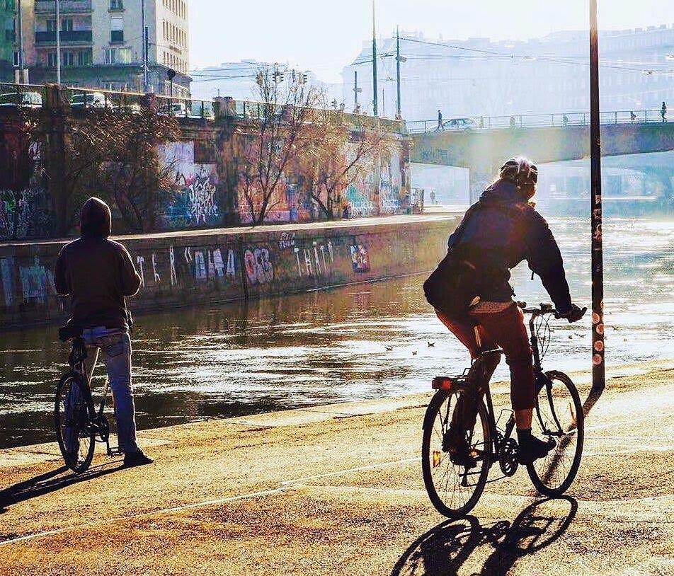 Radfahrer fährt bei winterlichen Temperaturen am Donaukanal entlang.