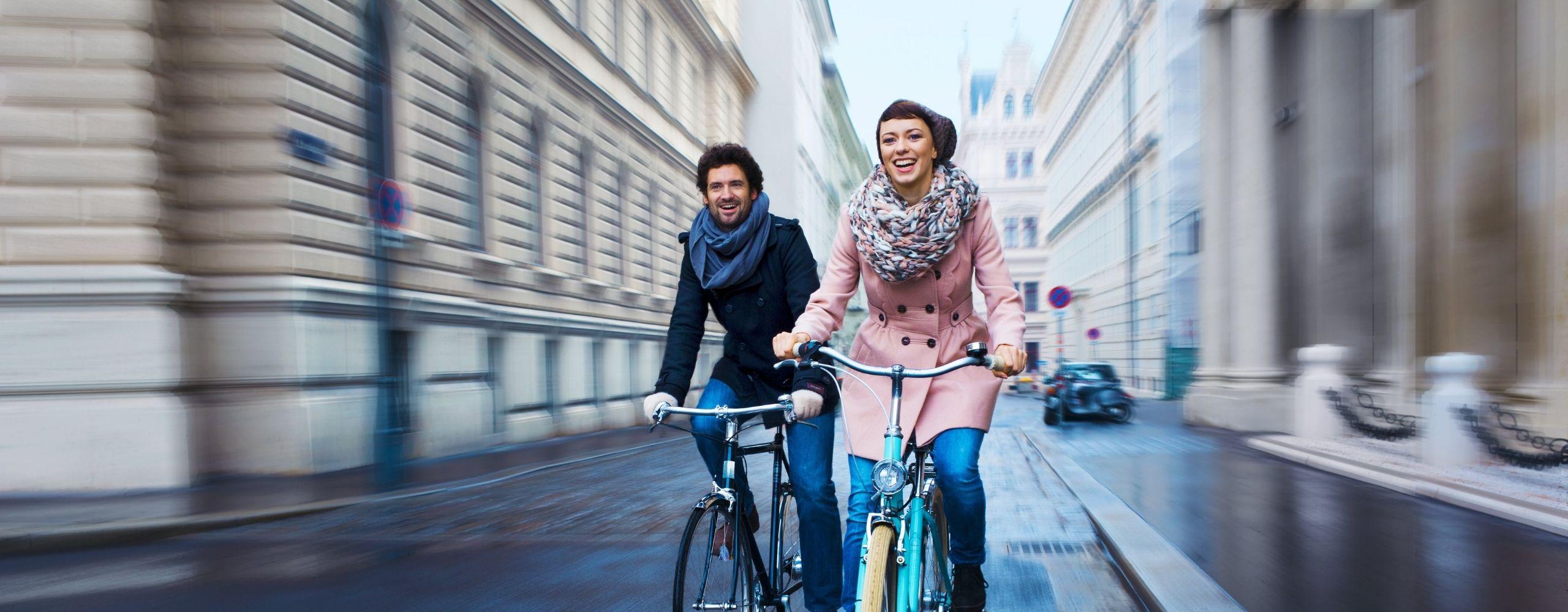 Eine Frau und ein Mann fahren im Winter mit dem Rad