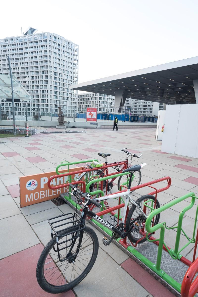 Mobiler Radständer beim Covid-Test beim Austria Center
