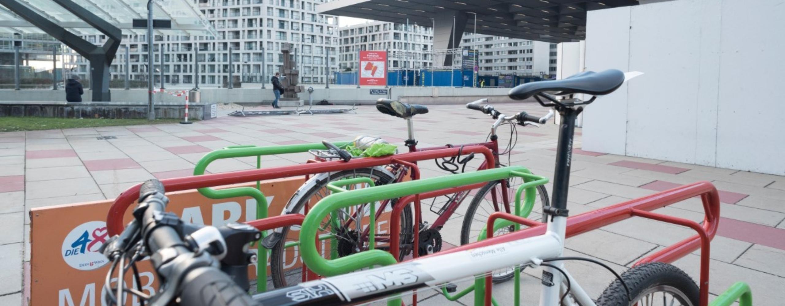 Mobiler Radständer beim Austria Center während der Covid-Tests
