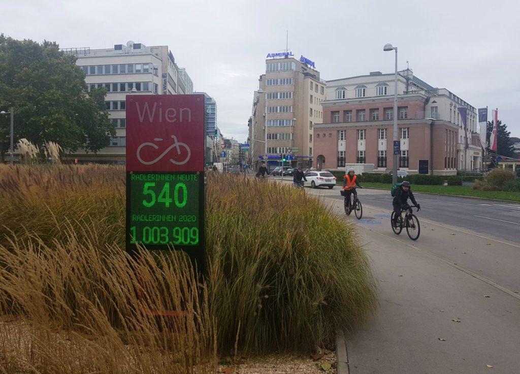 Die sichtbare automatische Zählstelle für den Radverkehr in der Operngasse. Aufgenommen Anfang November 2020