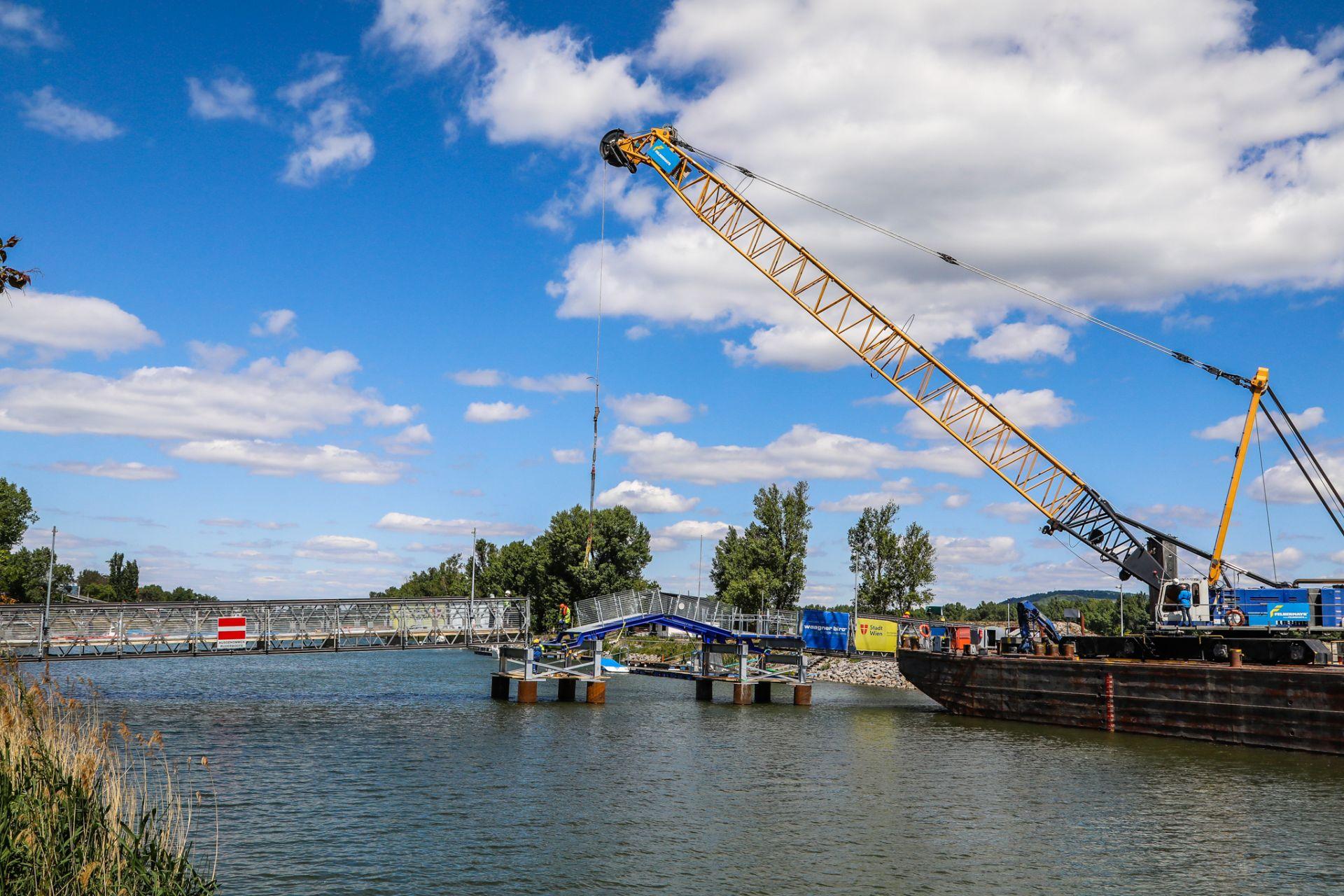 Errichtung der provisorischen Brücke am Kuchelauer Hafen